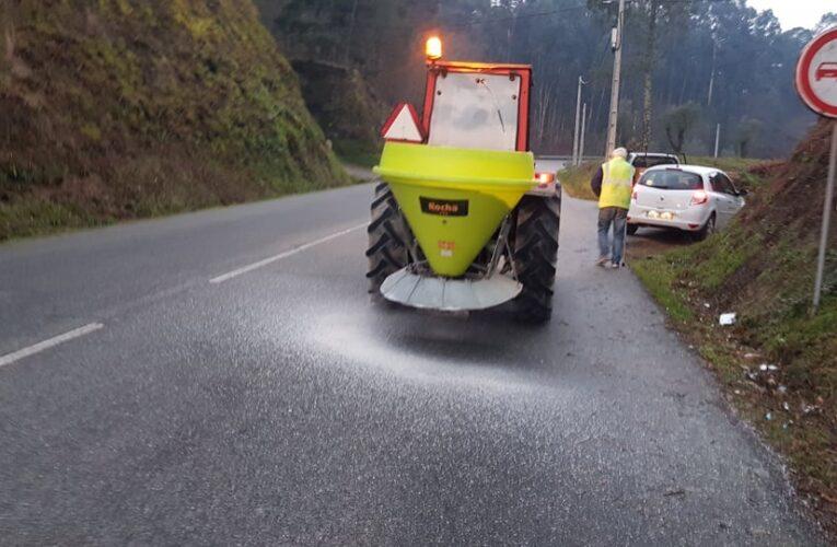 Câmara Municipal espalha sal nas estradas